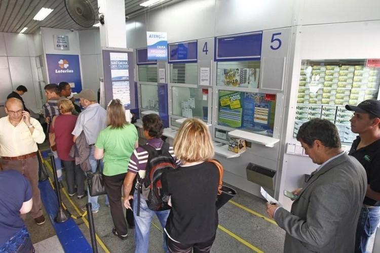 Bolsonaro atualiza decreto e inclui lotéricas em lista de serviços essenciais