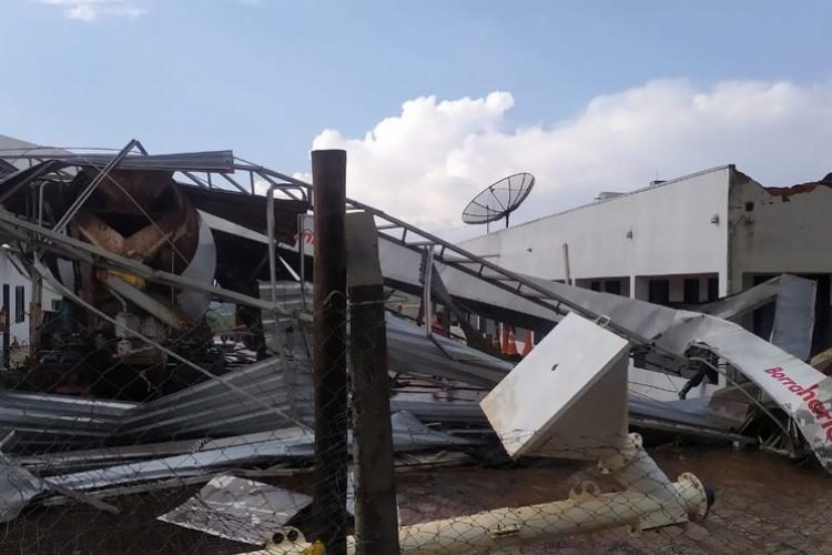https://radiofm97.com.br/uploads/news/Chuva e ventos fortes causam estragos em posto de combustíveis na BR-050 em Uberaba; veja vídeos